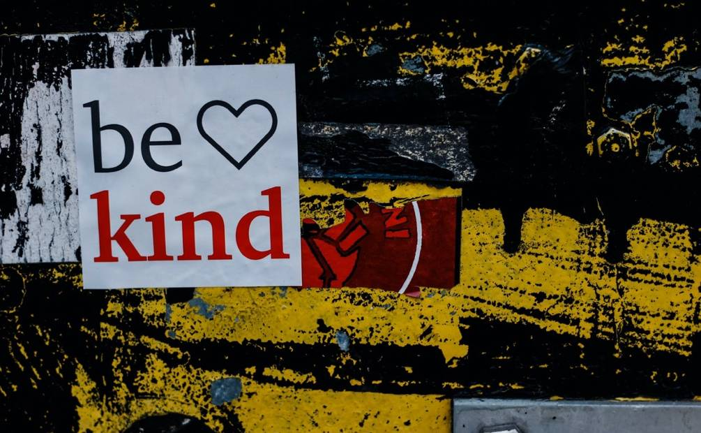 affiche avec inscription be kind