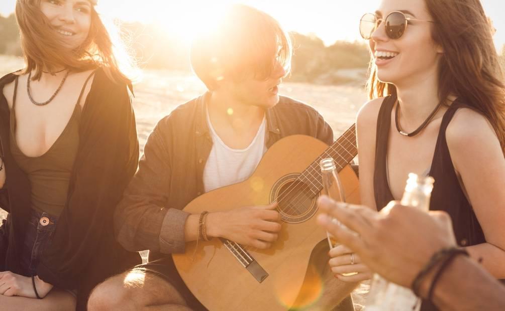 groupe d'amis qui joue de la musique