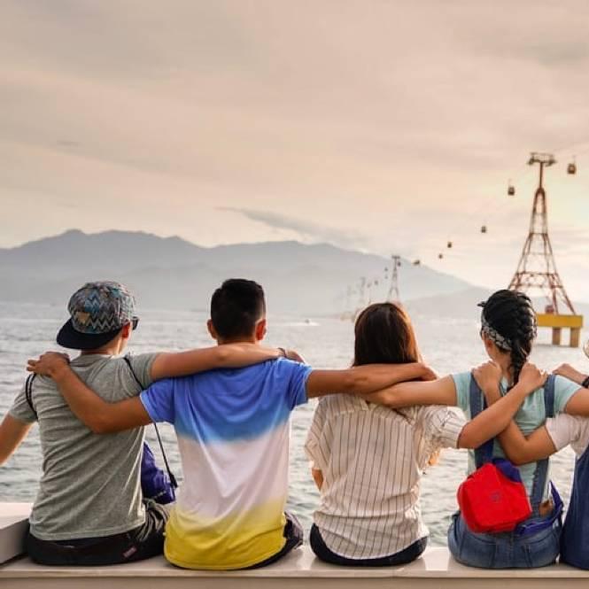 amis regardant la mer