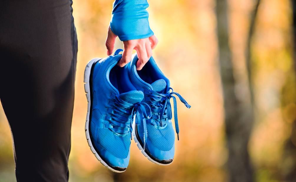 personne qui lace ses chaussures de sport
