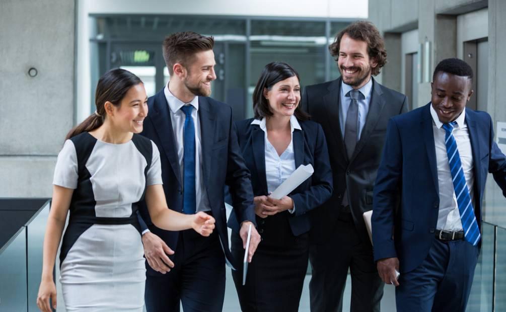 cinq collègues souriants