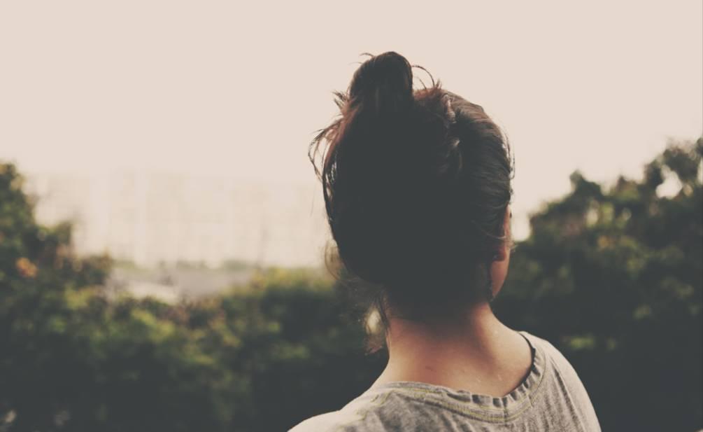femme qui regarde au loin