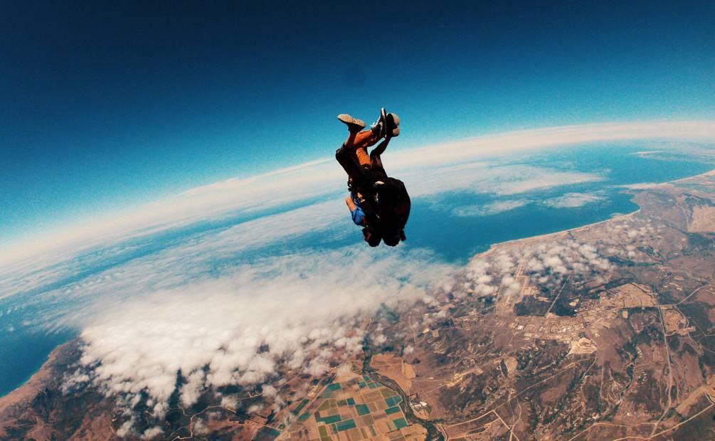 une femme saute entre deux falaises