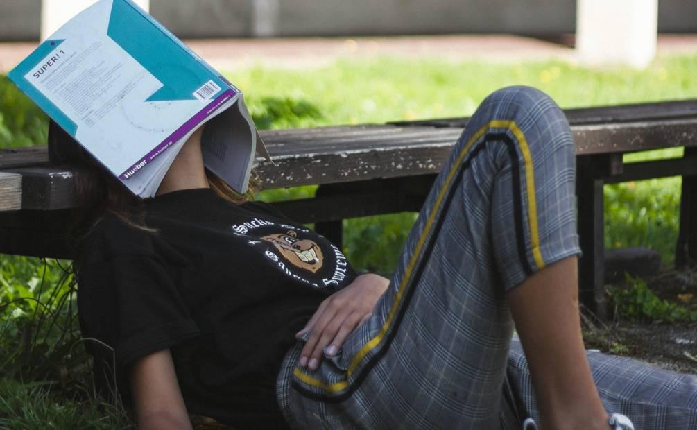 fille avec un livre