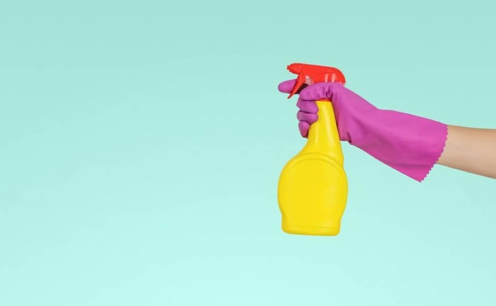 une main tenant un produit ménager