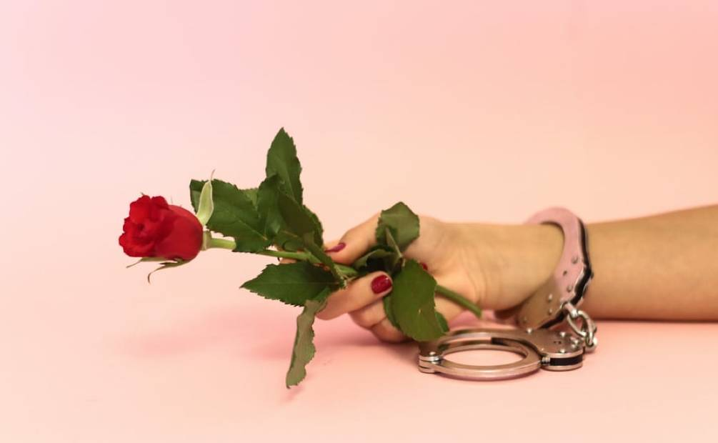 main avec une rose