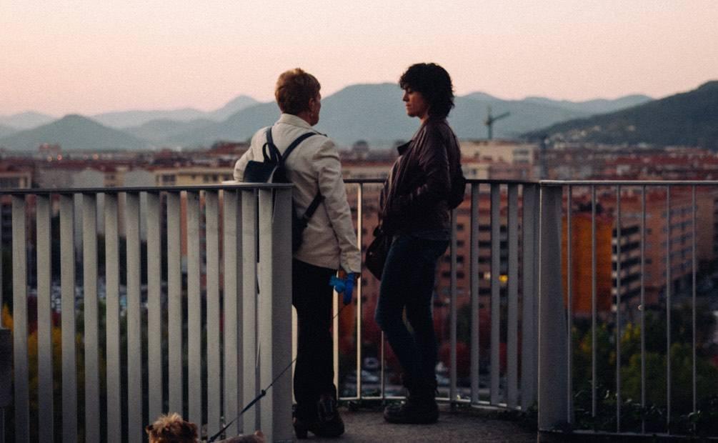 deux personnes qui discutent face au soleil couchant