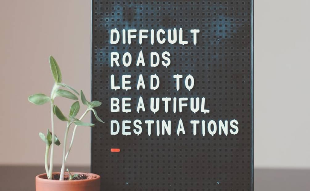 tableau avec inscription difficult road