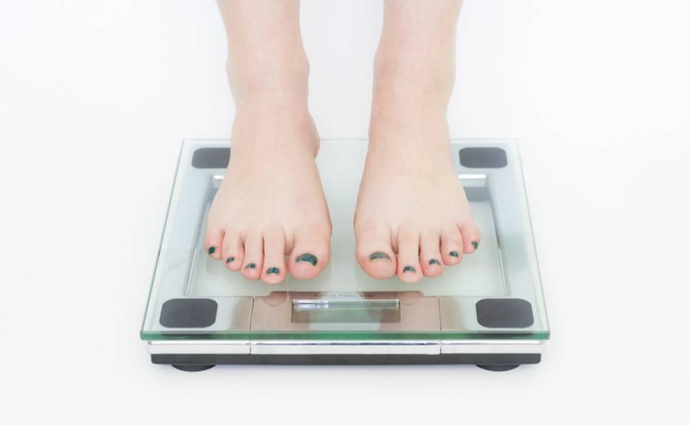 Pieds sur pèse-personne