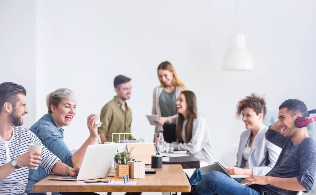 groupe de collègues amusés autour d'une table