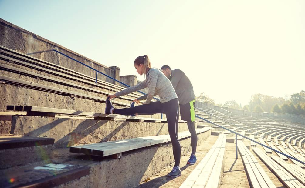 couple qui s'étire sur les bancs d'un stade
