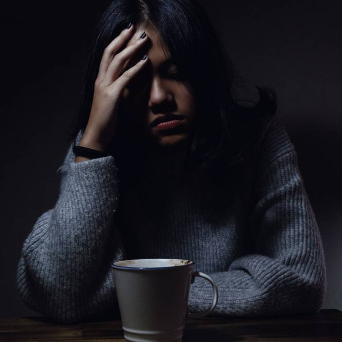 une femme devant son cafe