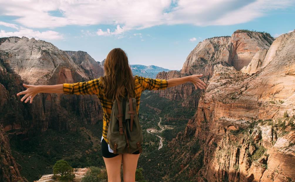 une fille face à la montagne