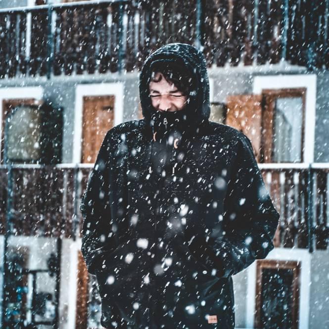 Homme affrontant la neige