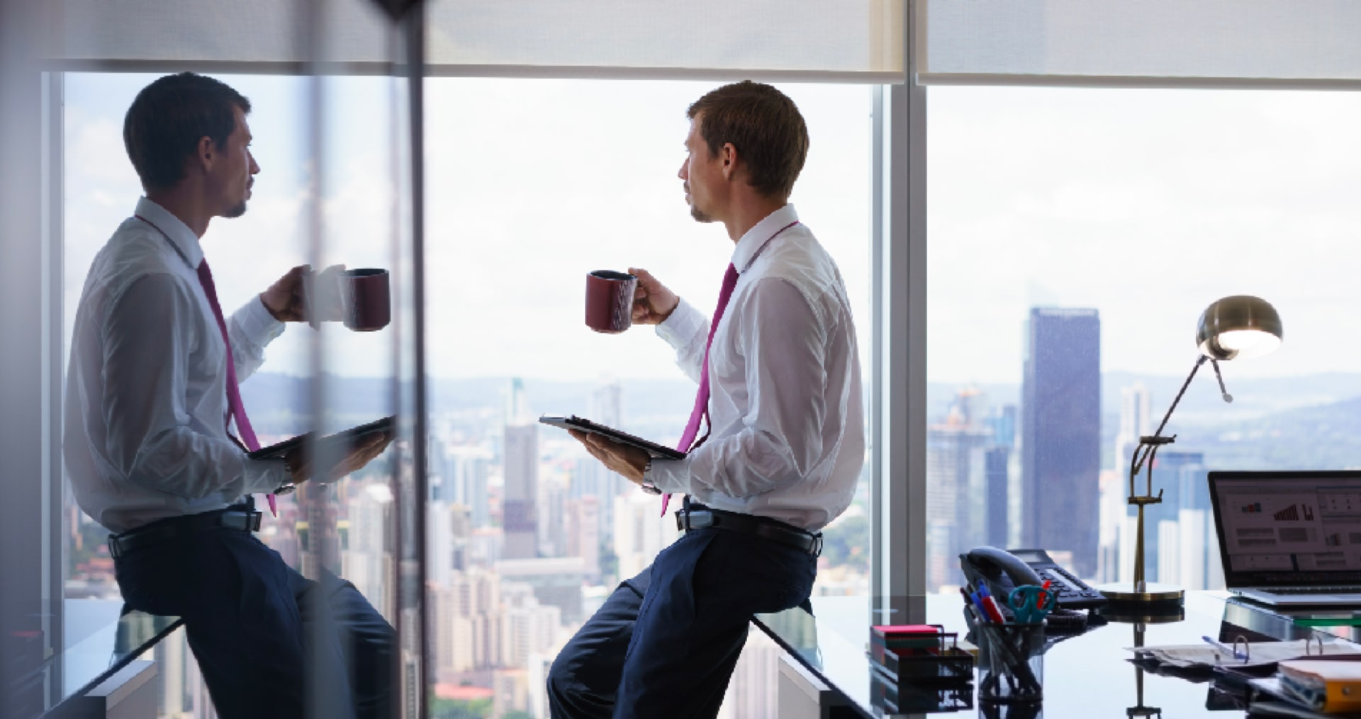 Homme avec son café au bureau