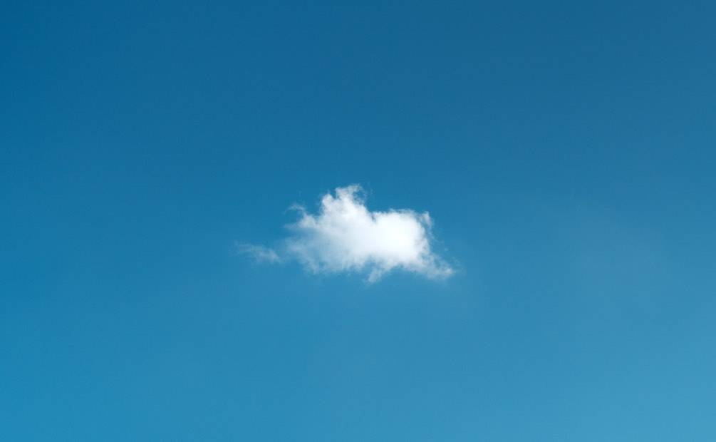 un nuage blanc au milieu d'un ciel bleu